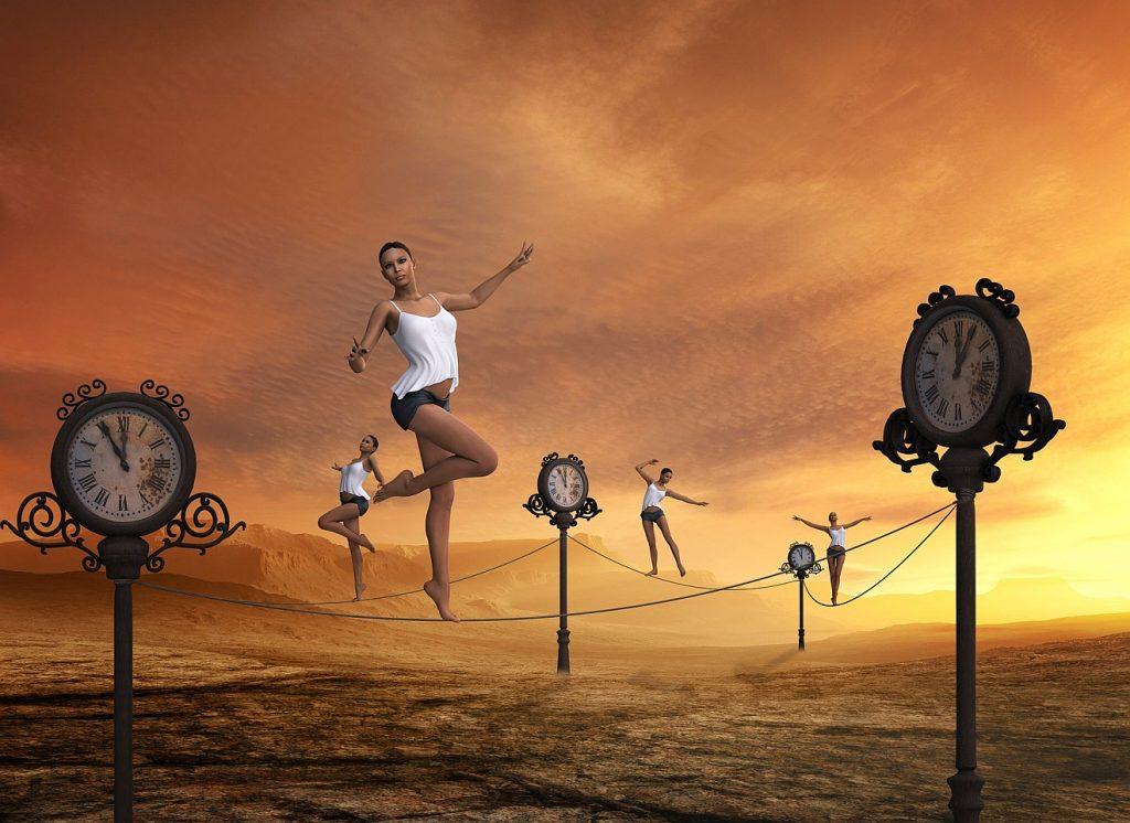 Keine Zeit, um zu sterben: Eine Frau balanciert auf Seilen, die zwischen Uhren gespannt sind, vor einem bewölkten, dunkelgelben Himmel