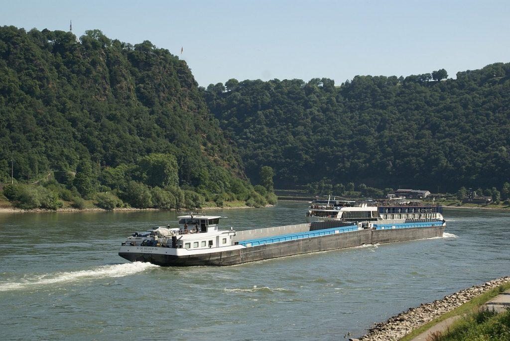 Beerdigung einer alten Binnenschifferin: Ein Kahn auf dem Rhein unterhalb des Loreleyfelsens