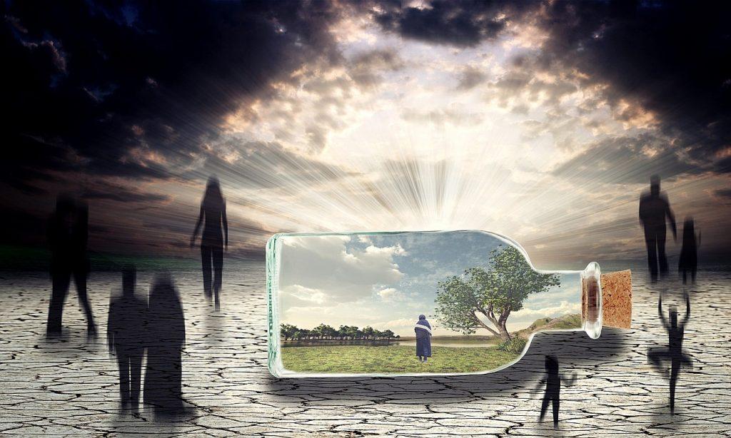 Zwischen Abenteuerlust und geistiger Entleerung: Ein Mensch mit Demenz in einer schönen Landschaft innerhalb einer Flasche, die Flasche liegt auf dem Straßenpflaster, auf dem schattenhafte Gestalten zum Horizont gehen, wo die strahlende Sonne durch dunkle Wolken bricht