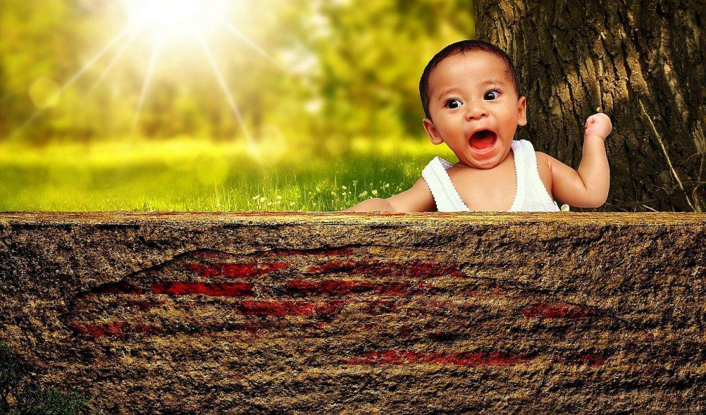 Wie ein Kind: Ein frech blickendes Kind unter einer strahlenden Sonne