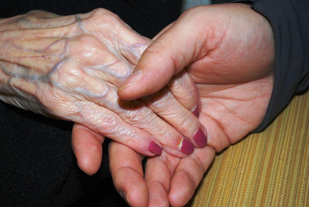 Wie Gott tröstet: Zwei Hände, die einander halten