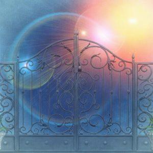 An der Himmelstür anklopfen: Ein Tod aus kunstvollen Metallverstrebungen, dahinter große Blasen von unterschiedlich farbigem Licht