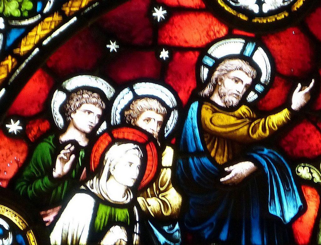 """Die andere Seite der Marta: Der Ausschnitt eines Kirchenfensters mit der Darstellung von Jesus, wie er Lazarus aus dem Grab ruft (der aber nicht auf dem Bild ist); mit einer Hand zeigt Jesus zurück zu einer Frau, die neben ihm steht; es muss Marta sein, die zu ihm gesagt hat: """"Herr, er stinkt schon, denn er liegt seit vier Tagen."""""""