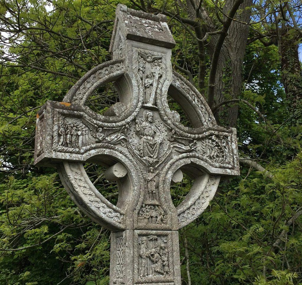 """""""Du sollst ein Segen sein"""": ein großes keltisches Segenskreuz mit fünf bildlichen Darstellungen, einem Kreis, der die Kreuzesenden miteinander verbindet, und einem Sockel, auf dem auch eine Szene dargestellt ist"""