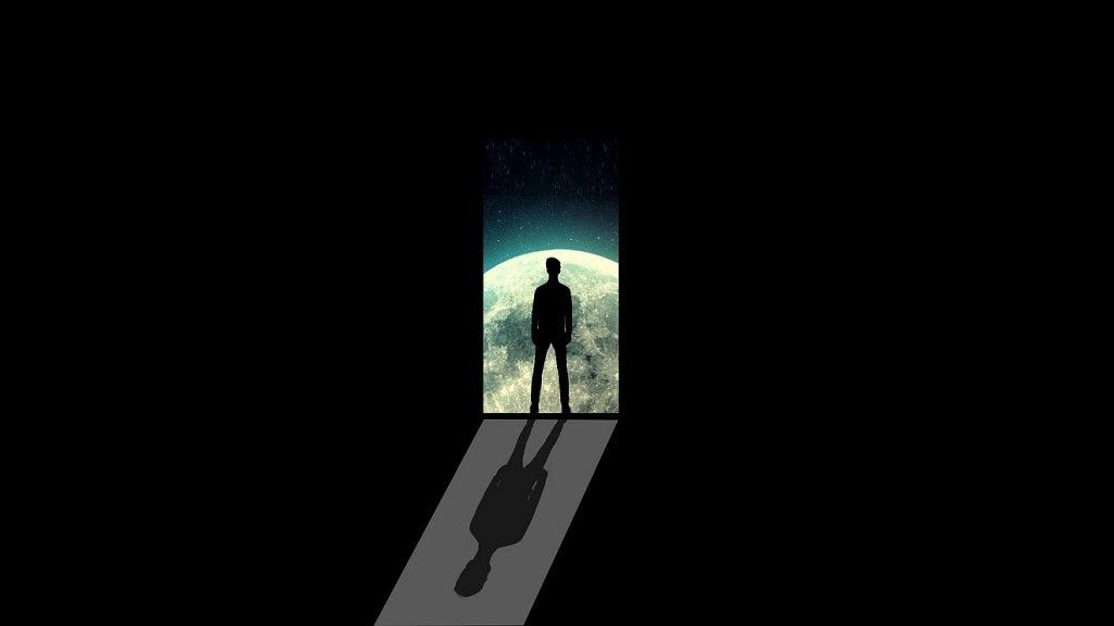 Die im Dunkeln: der Schatten eines Mannes in einer offenen Tür, von hinten durch das Mondlicht angestrahlt, so dass er einen Schatten nach vorn wirft