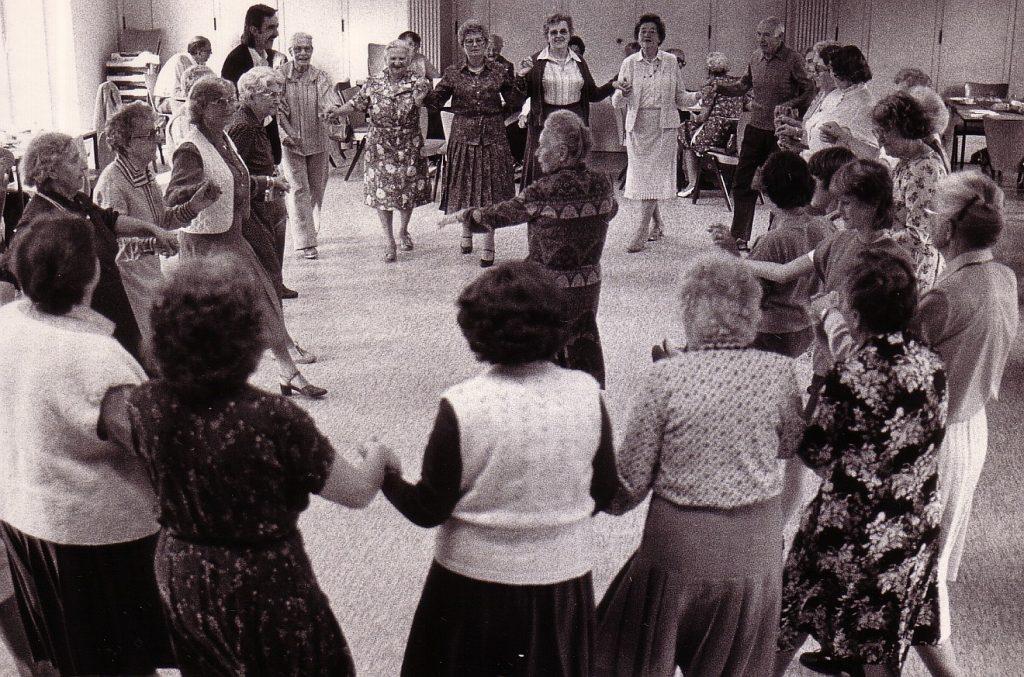 Vergnügte Runde im Tanzkreis einer Kirchengemeinde