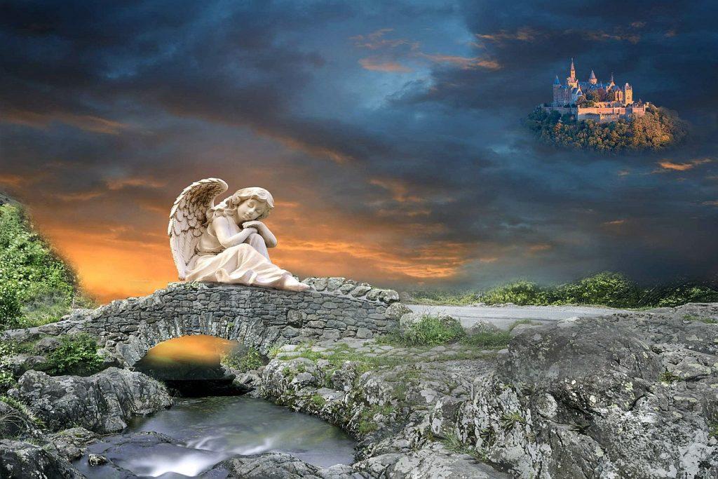 Bilder der Hoffnung: Ein Engel sitzt auf einer Steinbrücke, der über einen Bach führt, mit dem Kopf auf de Händen aufgestützt; im Hintergrund über dunklen Wolken ist eine Art Märchenschloss zu sehen