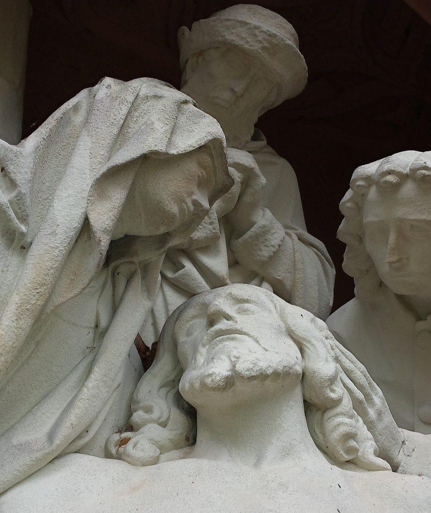 Die Erlösung und der Erlöser: Maria und andere trauern um Jesus (Stein-Skulpturen)