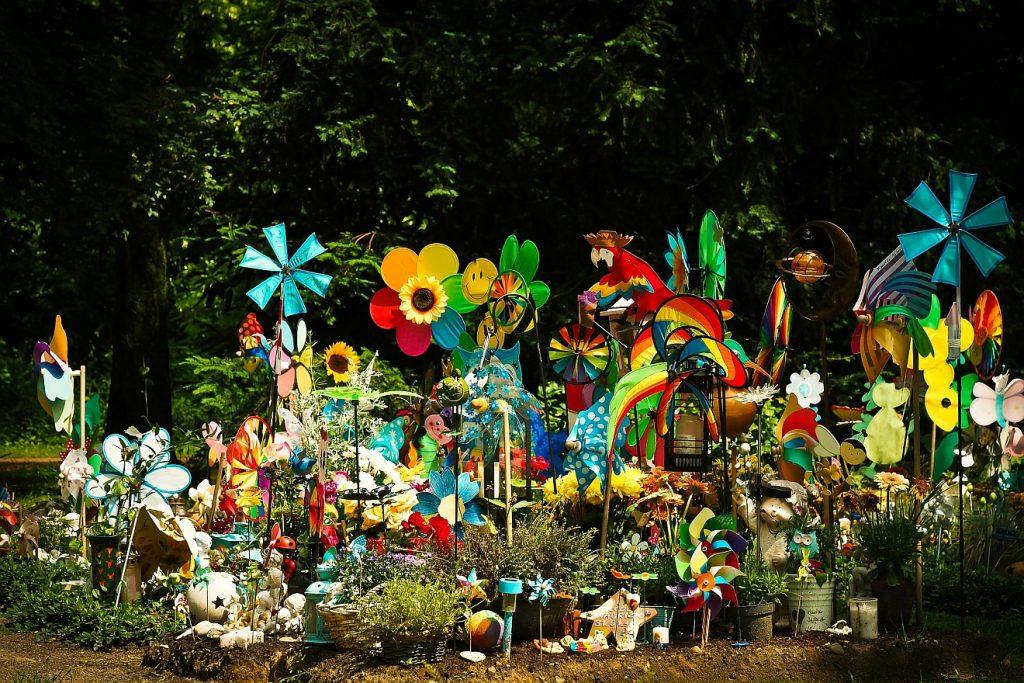 Wenn Kinder sterben: Mit Windrädern, Stofftieren und vielen anderen Dingen geschmückte Kindergräber auf einem Friedhof