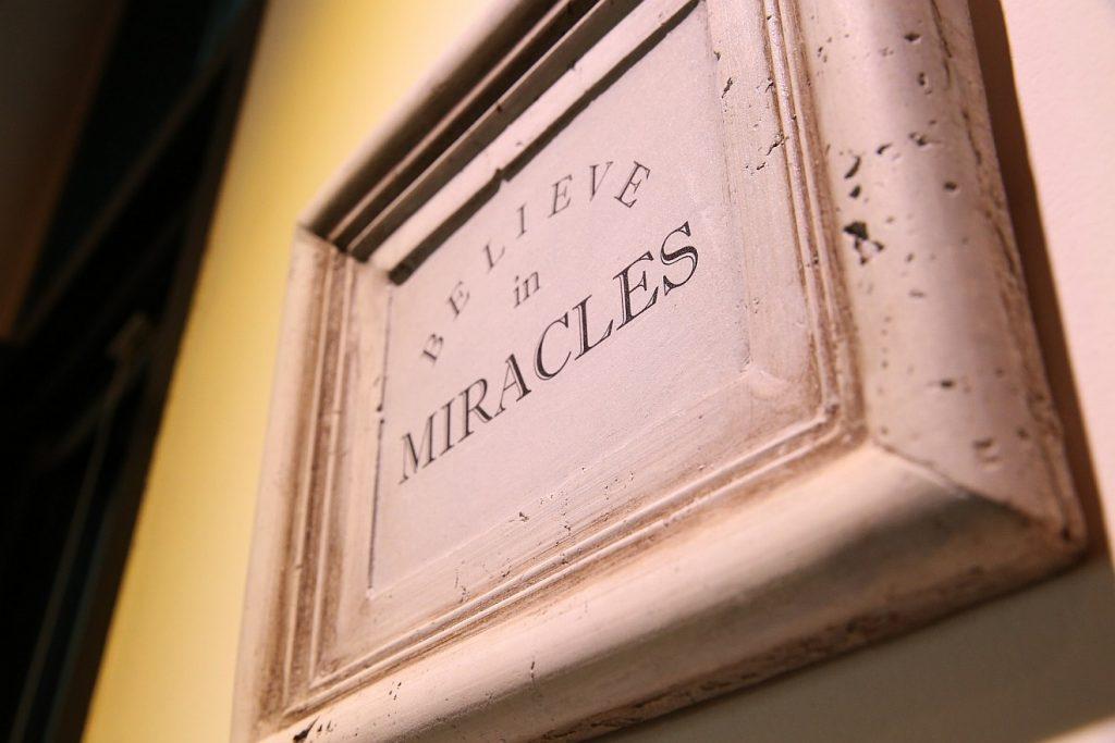 """Gott tut Wunder: Ein Bilderrahmen mit der Inschrift """"Believe in Miracles"""" = """"Glaube an Wunder"""""""