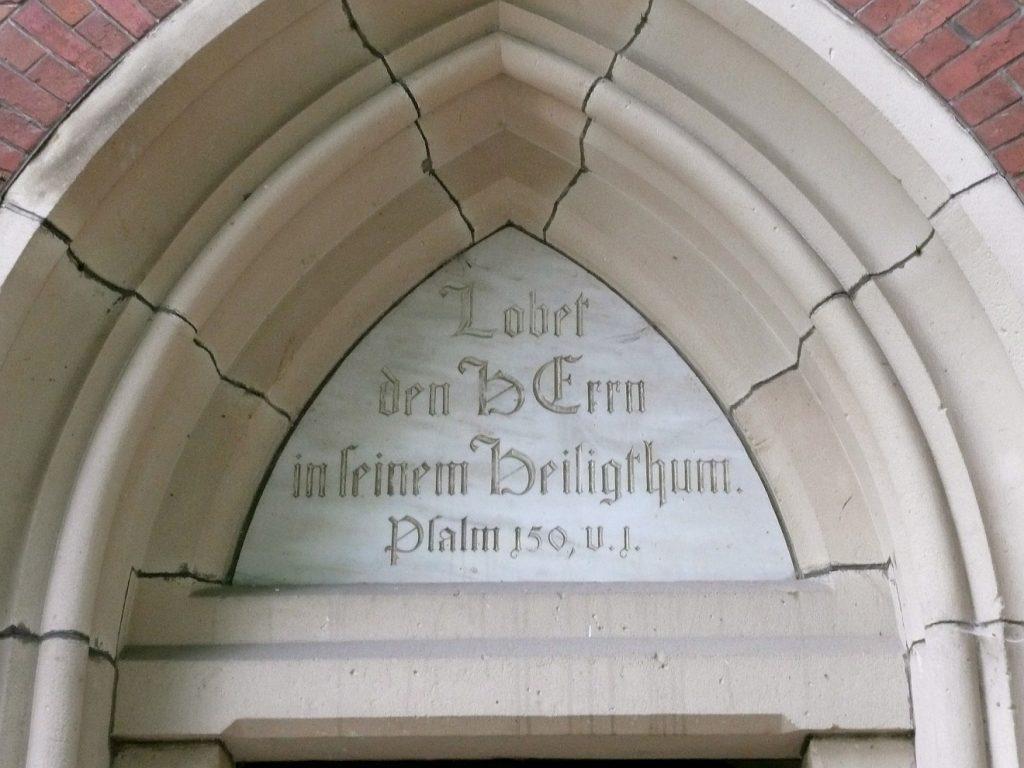 """Weisheit der Psalmen: Über einem Kirchenportal steht das Psalmwort: """"Lobet den HErrn in seinem Heiligthum"""" (Psalm 150, 1)"""