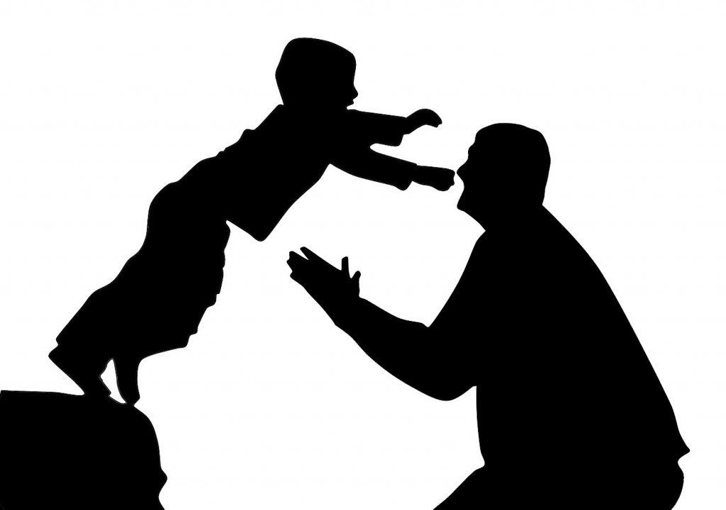 Vertrauen auf Gottes Liebe: Silhouette eines Sohnes, der sich in die Arme des Vaters fallen lässt