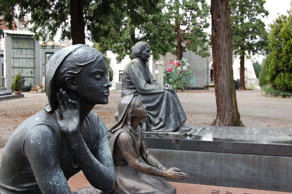 Skulpturen zweier Mädchen und einer alten Frau, die unterschiedlich beten.