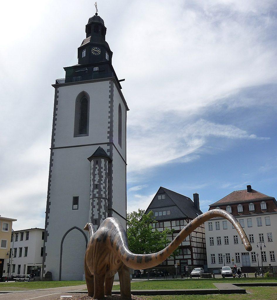 Das Turmgebet findet in diesem Stadkirchenturm in Gießen statt - im Jahr 2010 stand davor das Modell eines Apatosaurus
