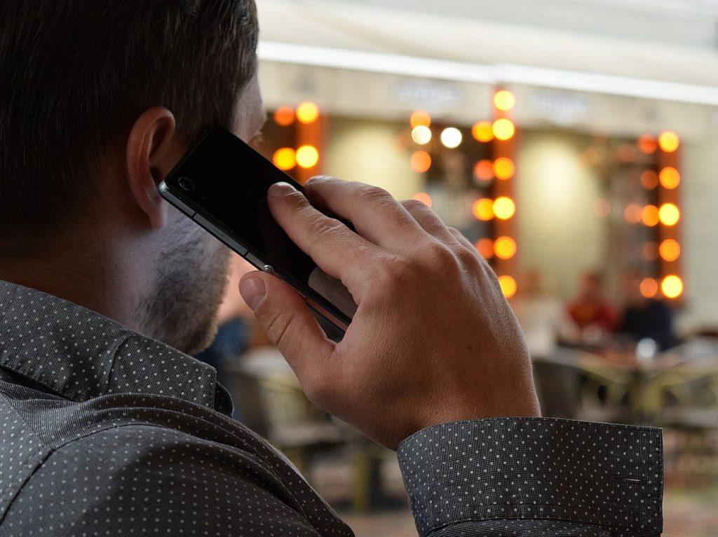 Gottes Pläne mit Jeremia: Ein Mann telefoniert mit Smartphone am Ohr