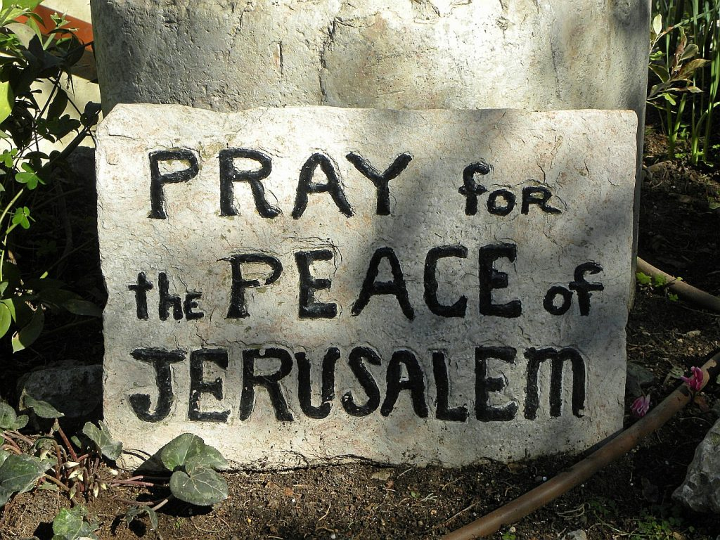 "Israelsonntag: Ein Gedenkstein mit der Aufschrift: ""Pray for the PEACE of Jerusalem"""