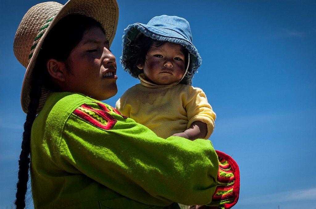 Jesus ist lernfähig: Das Bild zeigt eine vielleicht lateinamerikanisch aussehende Frau mit Kind auf dem Arm