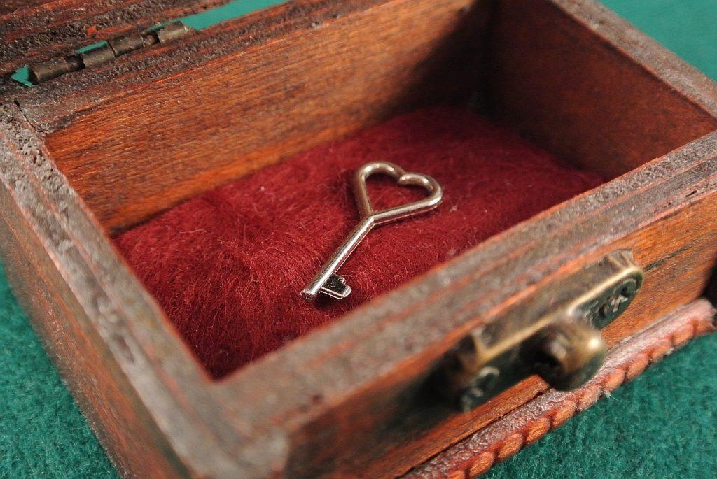 Sehnsucht nach dem Himmelreich: in einem Schatzkästchen liegt nur ein Schlüssel mit einem Griff in Form eines Herzens