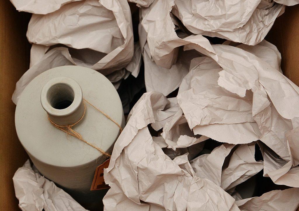 Verpackung: zerknülltes Papier in einem Umzugskarton