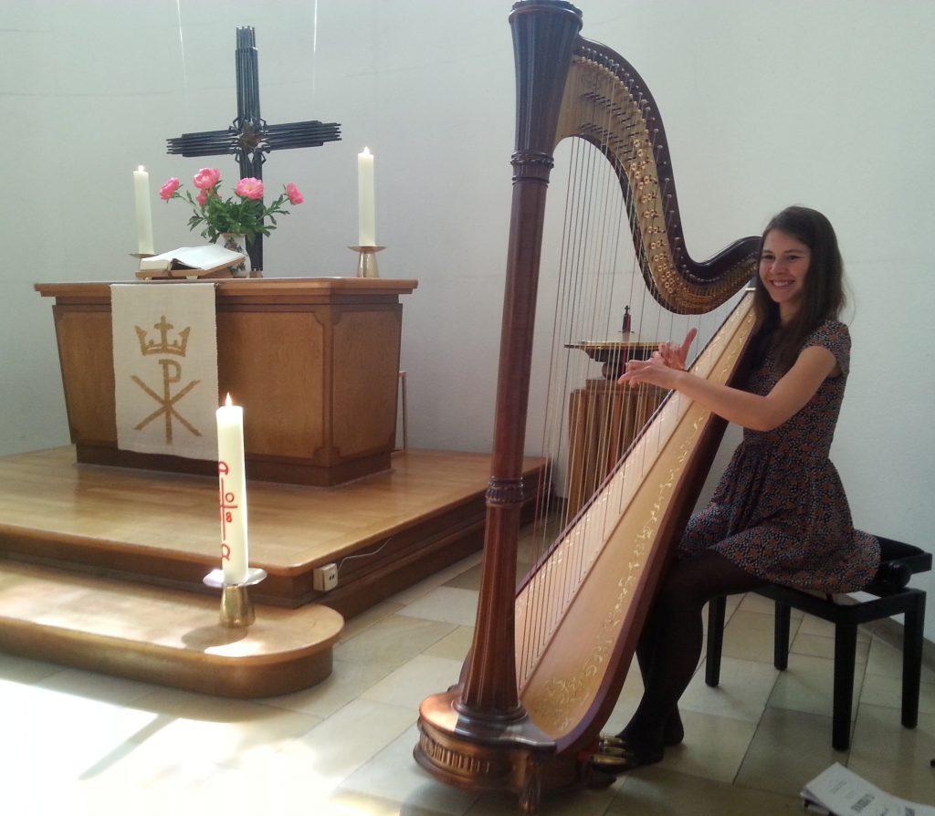 Helene Weiss in der evangelischen Lukaskirche Gießen an ihrer Harfe