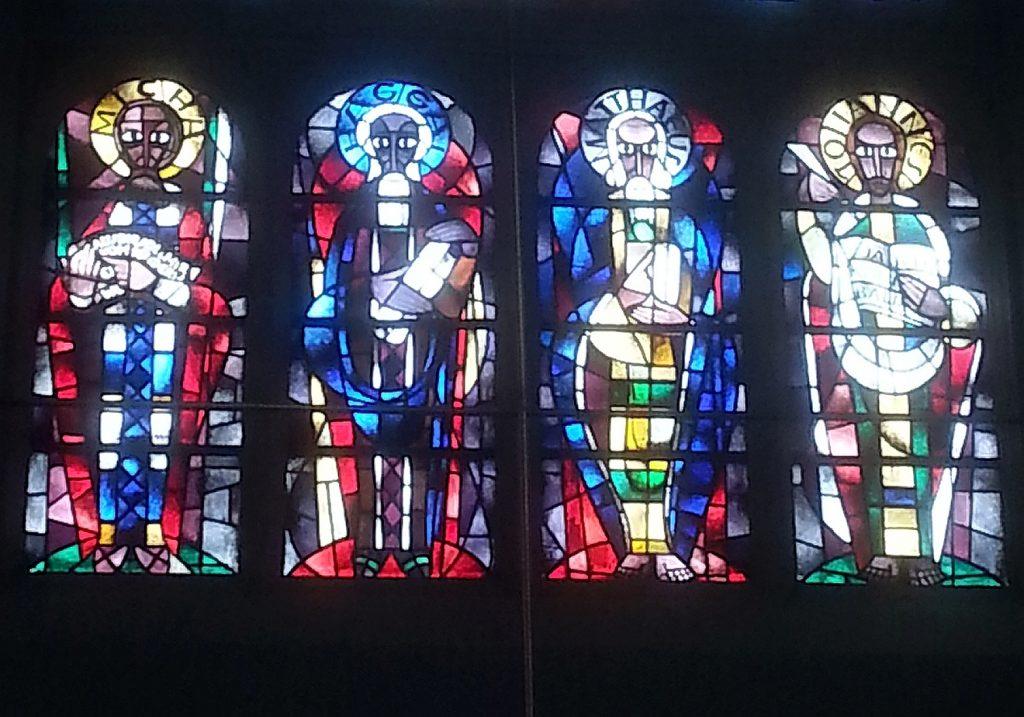 Der Prophet Haggai auf dem Altarfenster der Johanneskirche Gießen zwischen Micha, Matthäus und Johannes, der Seher der Offenbarung