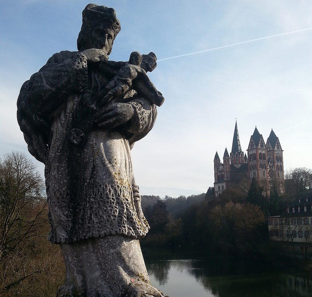 Statue des Johann von Nepomuk auf der Alten Lahnbrücke in Limburg - im Hintergrund der Limburger Dom