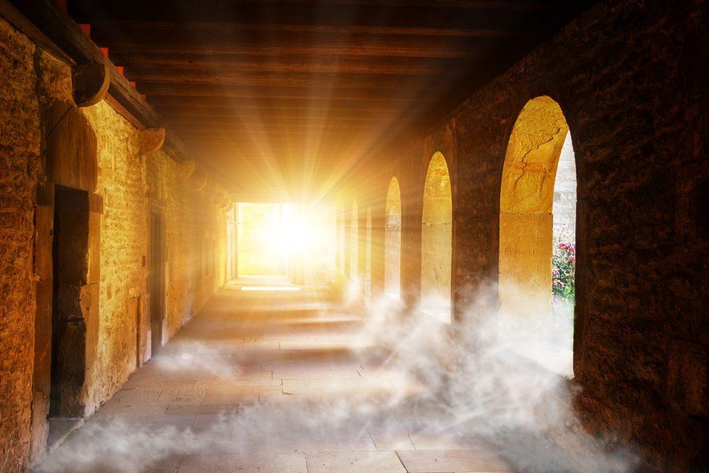 Die aufgehende Sonne strahlt in einen Klostergang hinein - als Illustration für den Zivilisationsprozess auf Grund eines von Ralph Davidson angenommenen urchristlichen Kommunismus im frühen Mittelalter