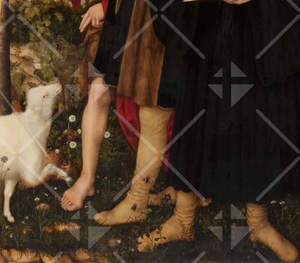 Die Hand des Täufers, die auf ein Lamm zeigt; die nackten Beine des Täufers neben den mit Beinkleidern angezogenen Beinen Cranachs und Luthers