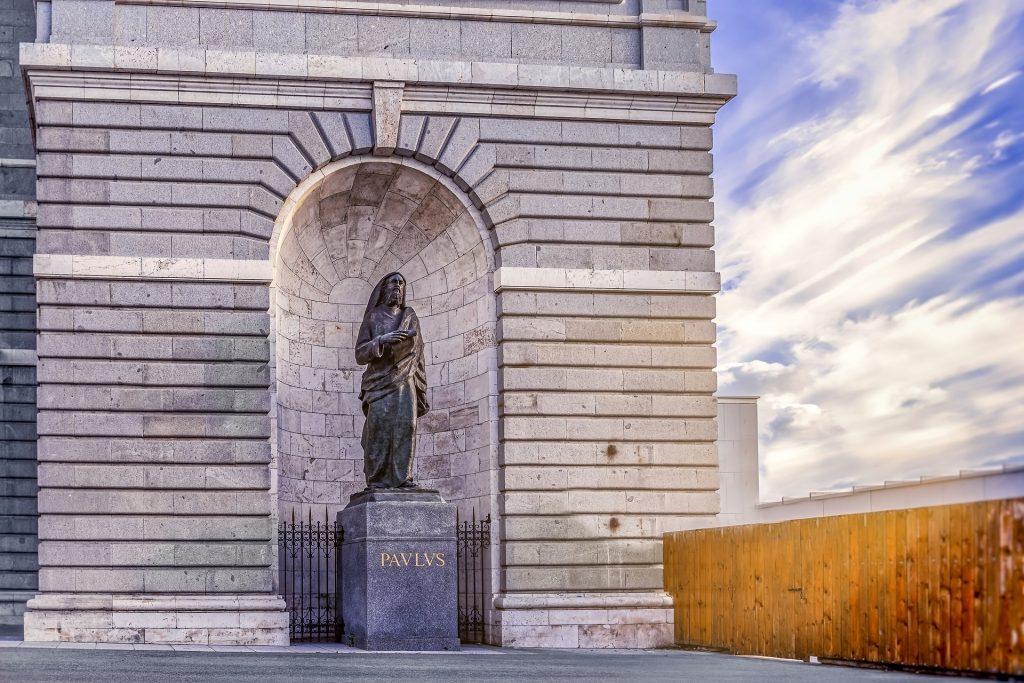 Eine Monumentalstatue des Apostels Paulus in Madrid, daneben ein Bretterzaun - will Demas von einem so monströsen Paulus Abschied nehmen?