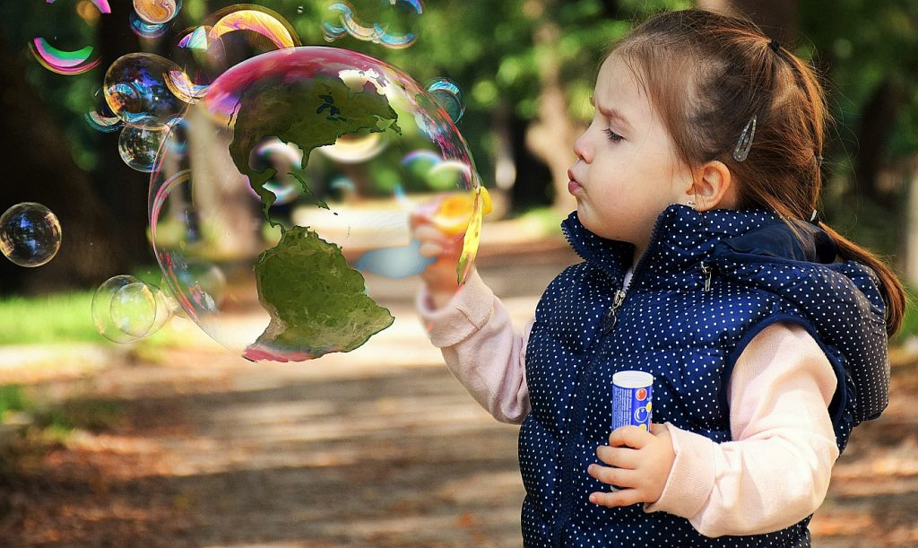 Die Bibel vergleicht Gottes Weisheit (griechisch = Sophia) mit einem spielenden Mädchen; das Bild zeigt ein Mädchen, das Seifenblasen pustet - die größte davon ist wie ein Globus gestaltet