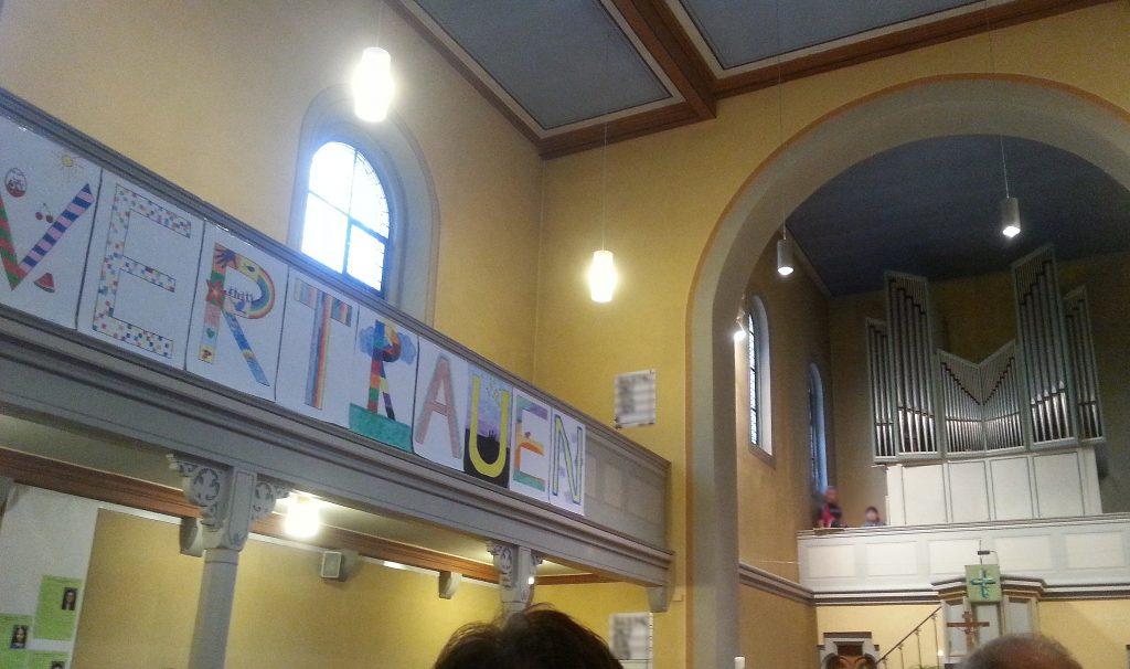 Das Vertrauens-Bild der Konfis in der Kleinlindener Kirche