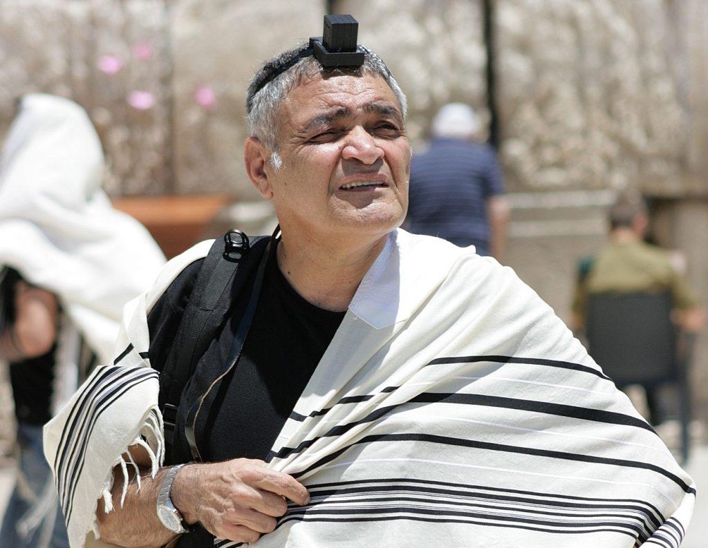 Ein Jude mit Gebetskapsel auf dem Kopf an der Klagemauer