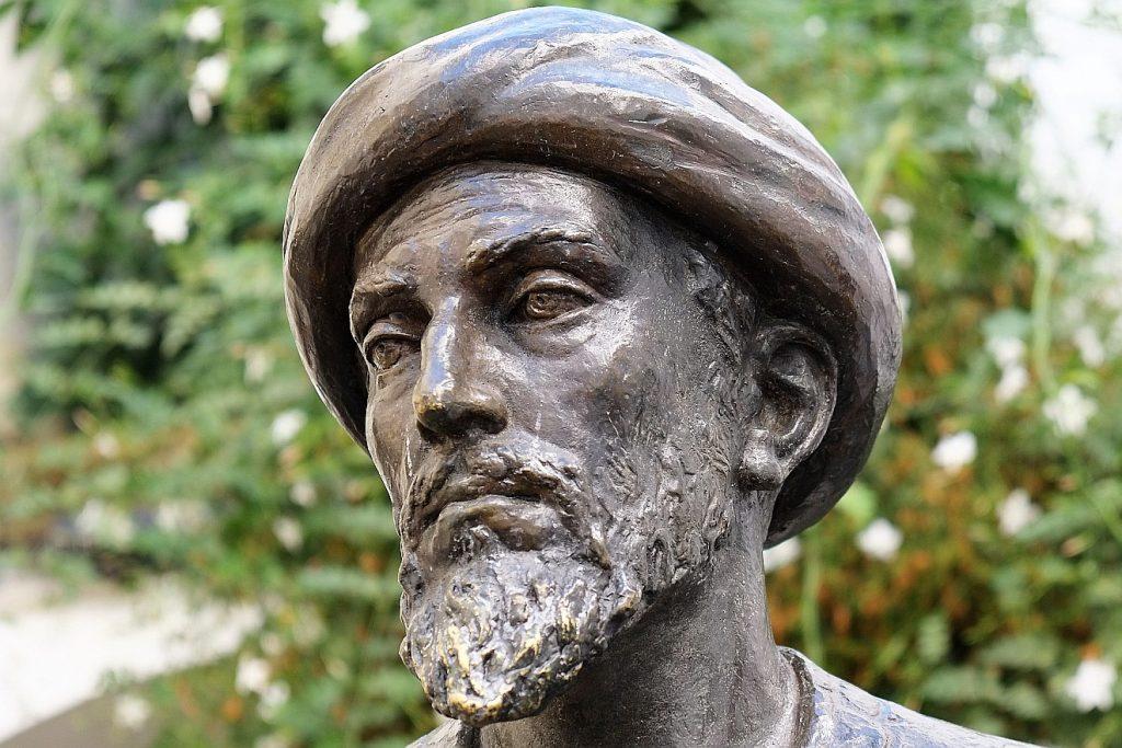 Skulptur des jüdischen Univeralgelehrten Moses Maimonides in Cordoba