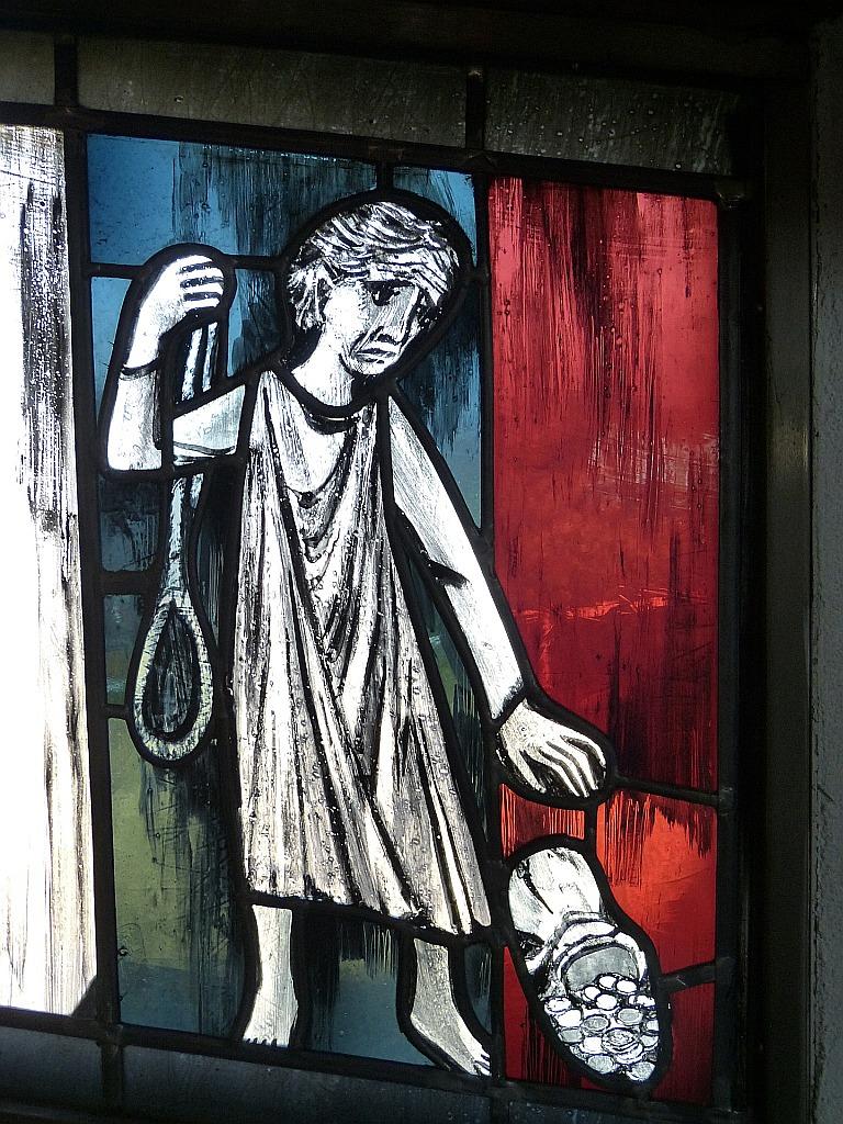 Ein Fensterbild mit Judas, der die Silberlinge mit der linken Hand wegwirft, während er in der rechten Hand den Strick hält, mit dem er sich erhängen will