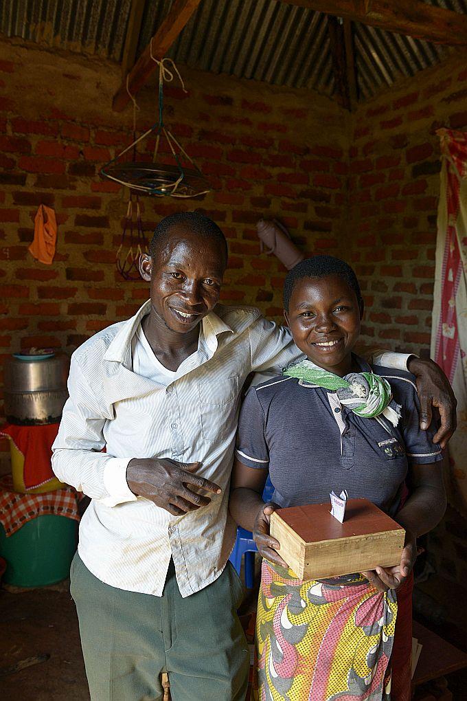 Das Ehepaar Isaya und Grace Mwita in Tansania mit ihrer Spardose
