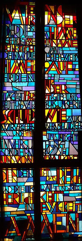 Fensterbild in der Kapelle des Evangelischen Krankenhauses mit dem Text des Vaterunser