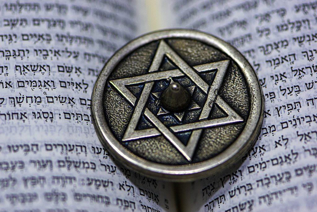 Eine Scheibe aus Metall mit der Darstellung des Davidssterns