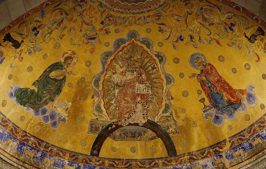 Der Ausschnitt eines Bildes von Andreas F. Borchert zeigt Jesus mit Johannes dem Täufer (links) und dem Evangelisten Johannes (rechts) auf einem Deckengemälde von Carl Dehner in der Apsis der St. Johanniskirche in Schwäbisch Gmünd
